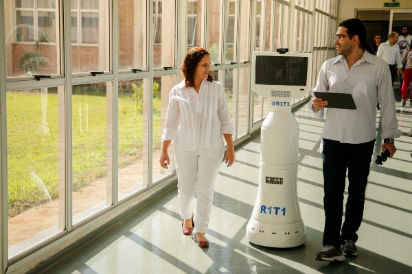 Robô auxilia equipe médica no HU Maringá: de atendimento por covid a desinfecção hospitalar