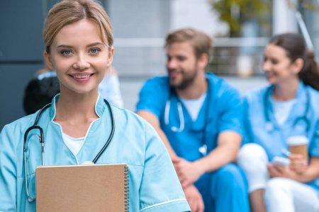 Estudo projeta que população médica será mais numerosa, feminina e jovem até 2030